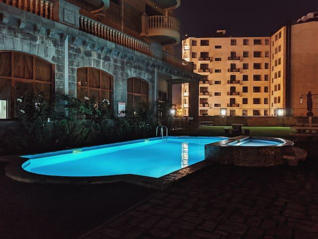 Cozy Cascade Apartment with a pool & garden