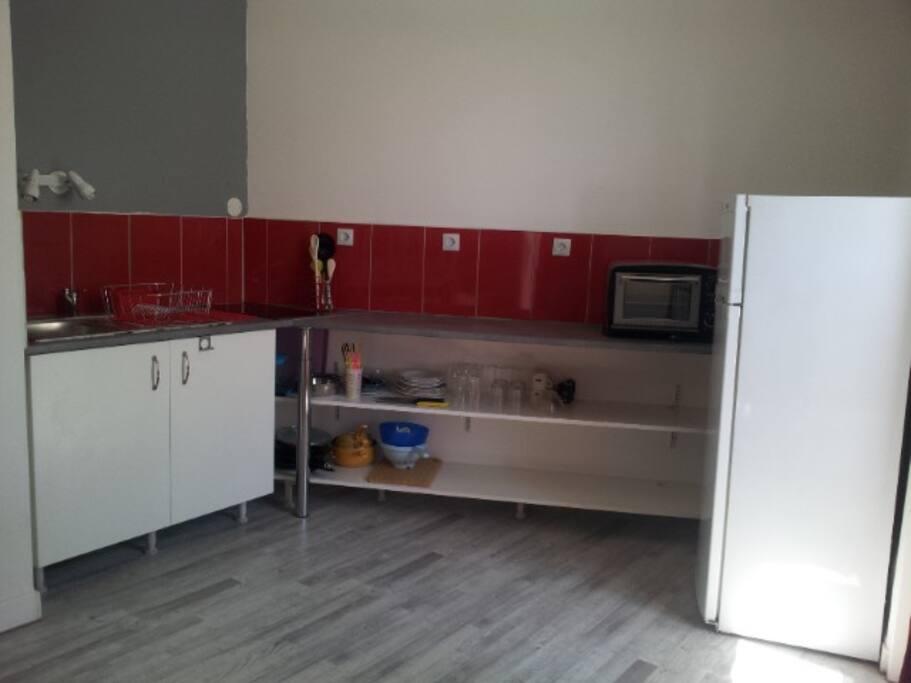 cuisine équipée aménagée (vaisselle, électroménager ...)