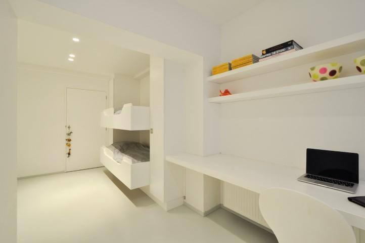 Kinderkamer met 3 bedden en bureau