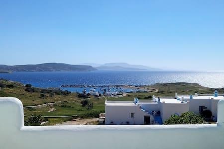 Κυκλαδίτικο σπιτάκι με θέα στη θάλασσα