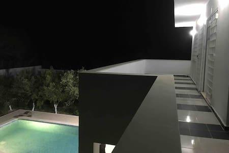 Ras El Jebel, Étage de maison avec piscine