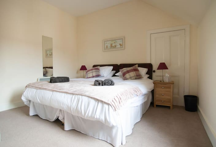 Main bedroom-options of king size bed or two singles to suit