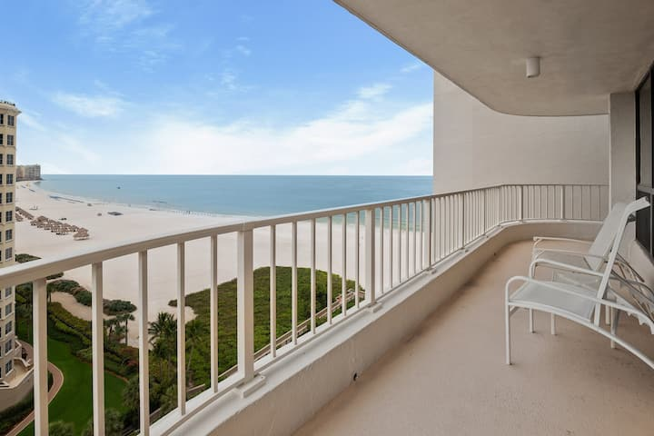 Cheerful Beachfront Condo with amazing views of the Gulf of Mexico !