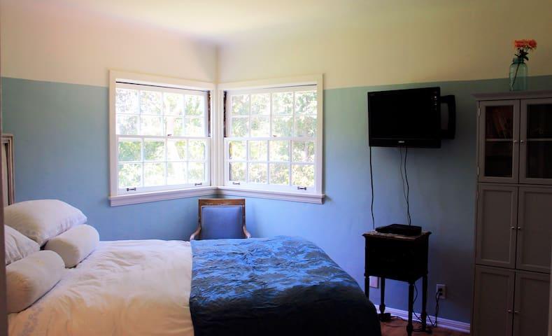 Second Bedroom, a/c TV, (en suite) full bathroom