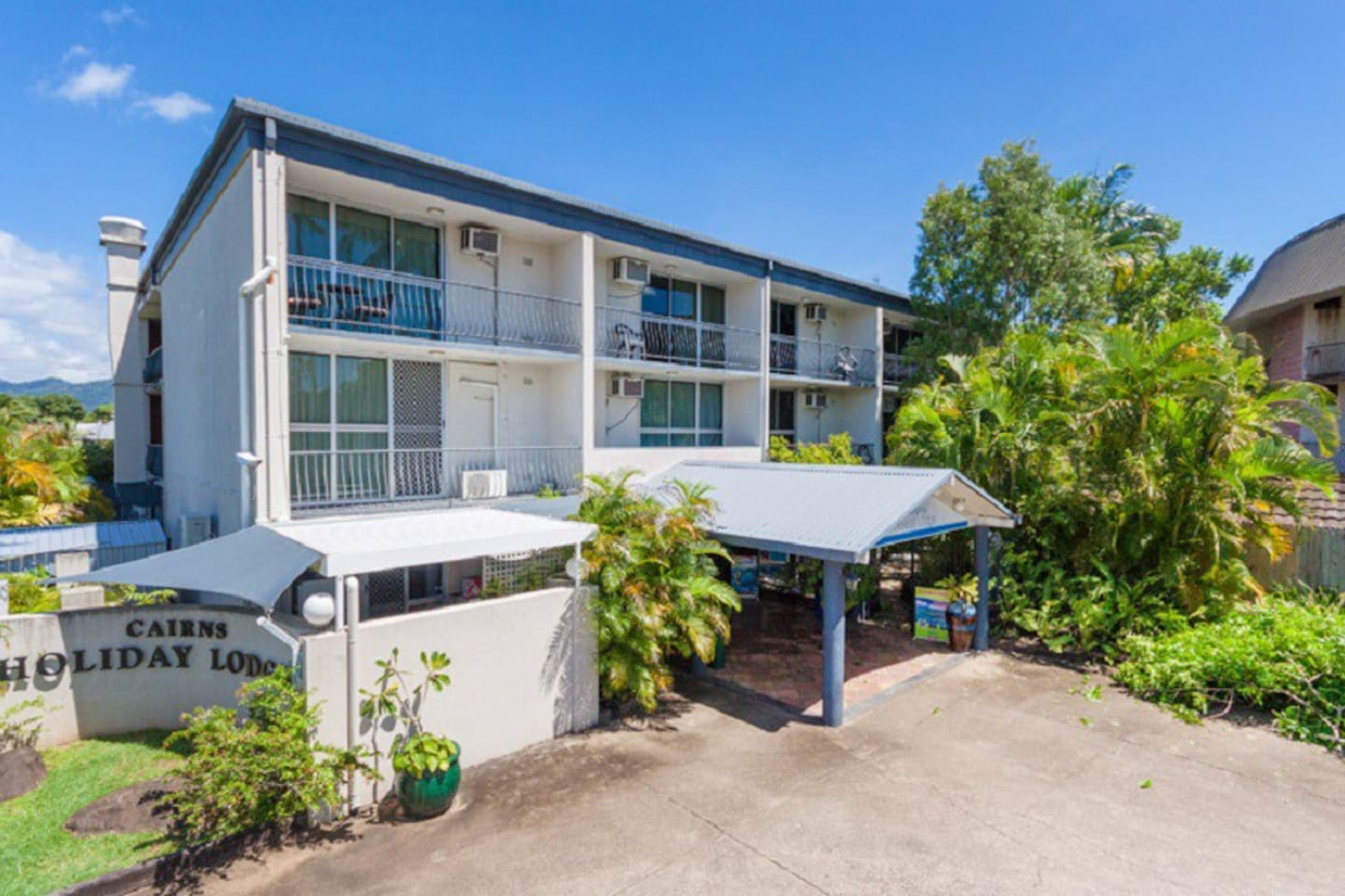 This unit 20 locates at Cairns Holiday Lodge' level 1. Viewing to the swimming pool on the other side.