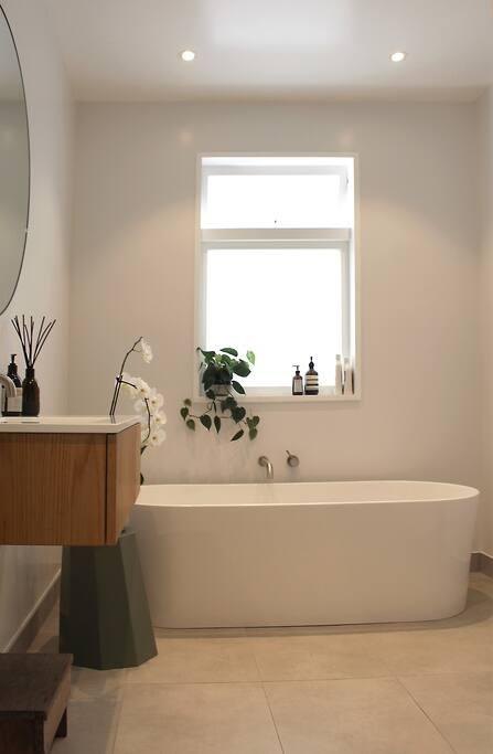 Main bathroom (incl. tiled shower)