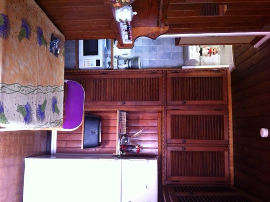 Un coin cuisine séparé de la salle à vivre et dormir, avec équipement complet