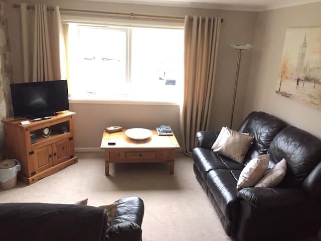 2 Bedroom Ground floor flat with Free Parking/WiFi