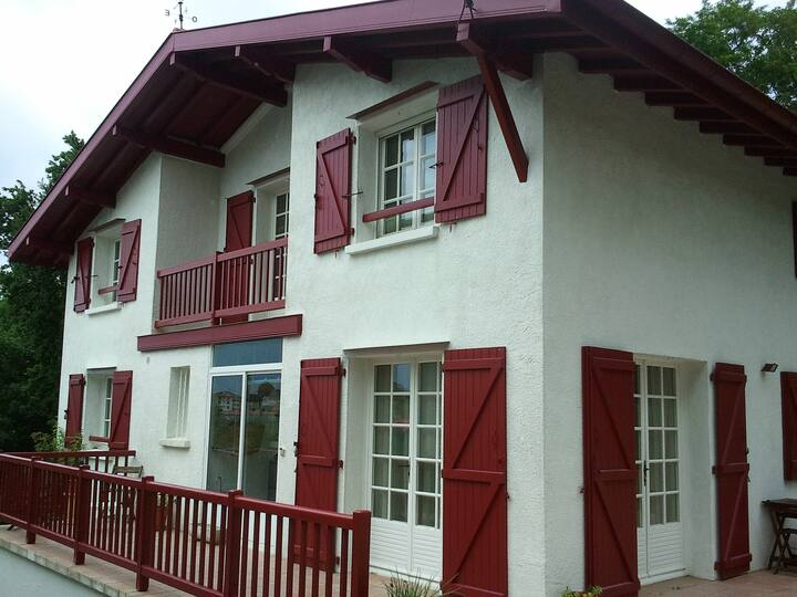 Villa calme avec terrasses, jardin et verger