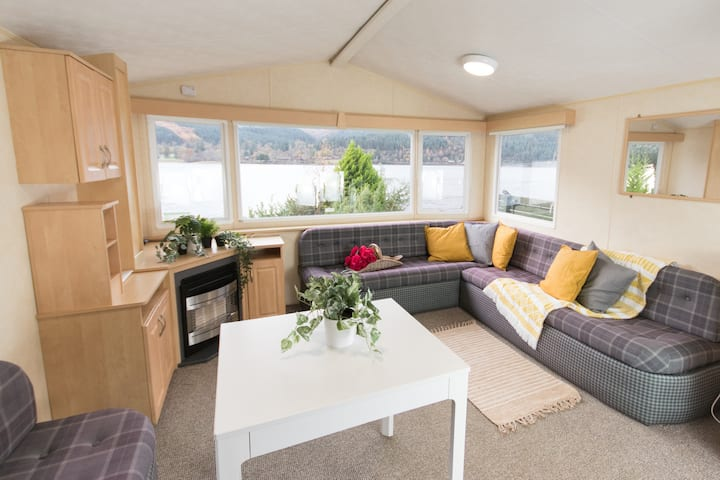 Lakeside holiday home with a view on to the beach