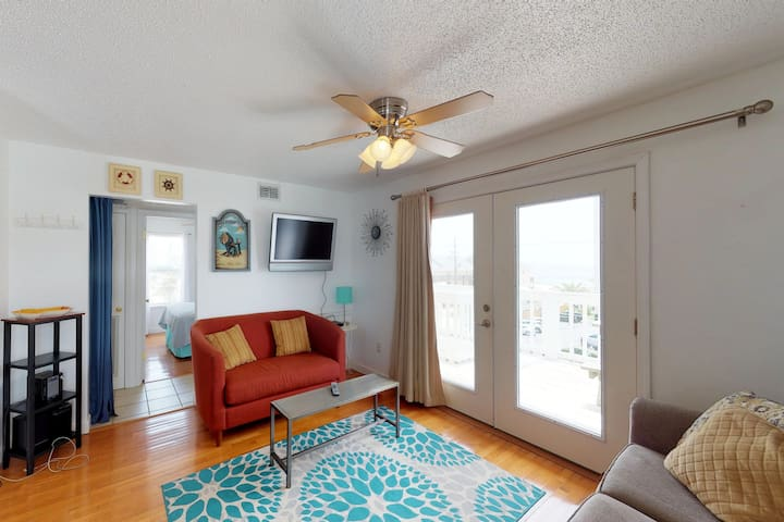 Top-floor condo w/ shared pool & great views - close to the beach!