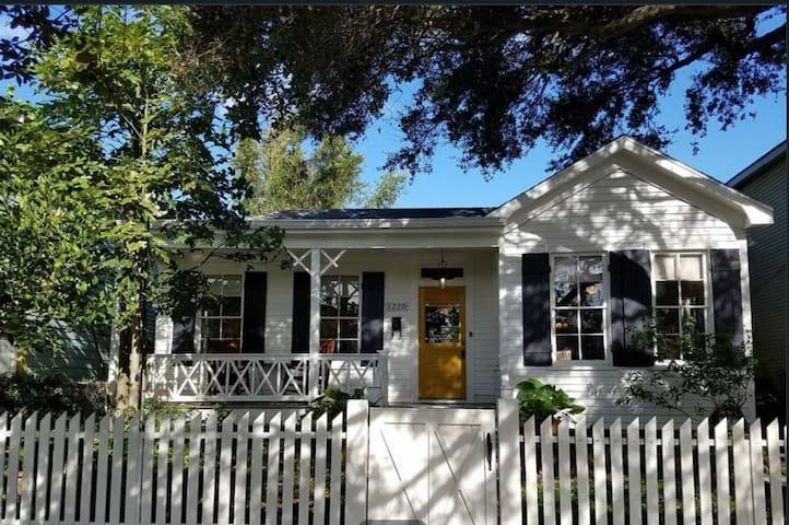 NEW!  Pineapple Cottage, Galveston- walk to beach!