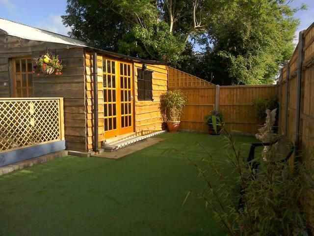 Private enclosed garden&summerhouse