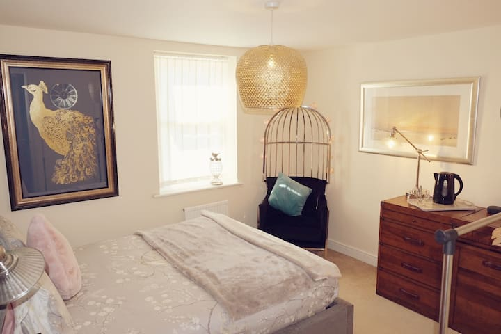 Luxury room with en suite shower close to station.
