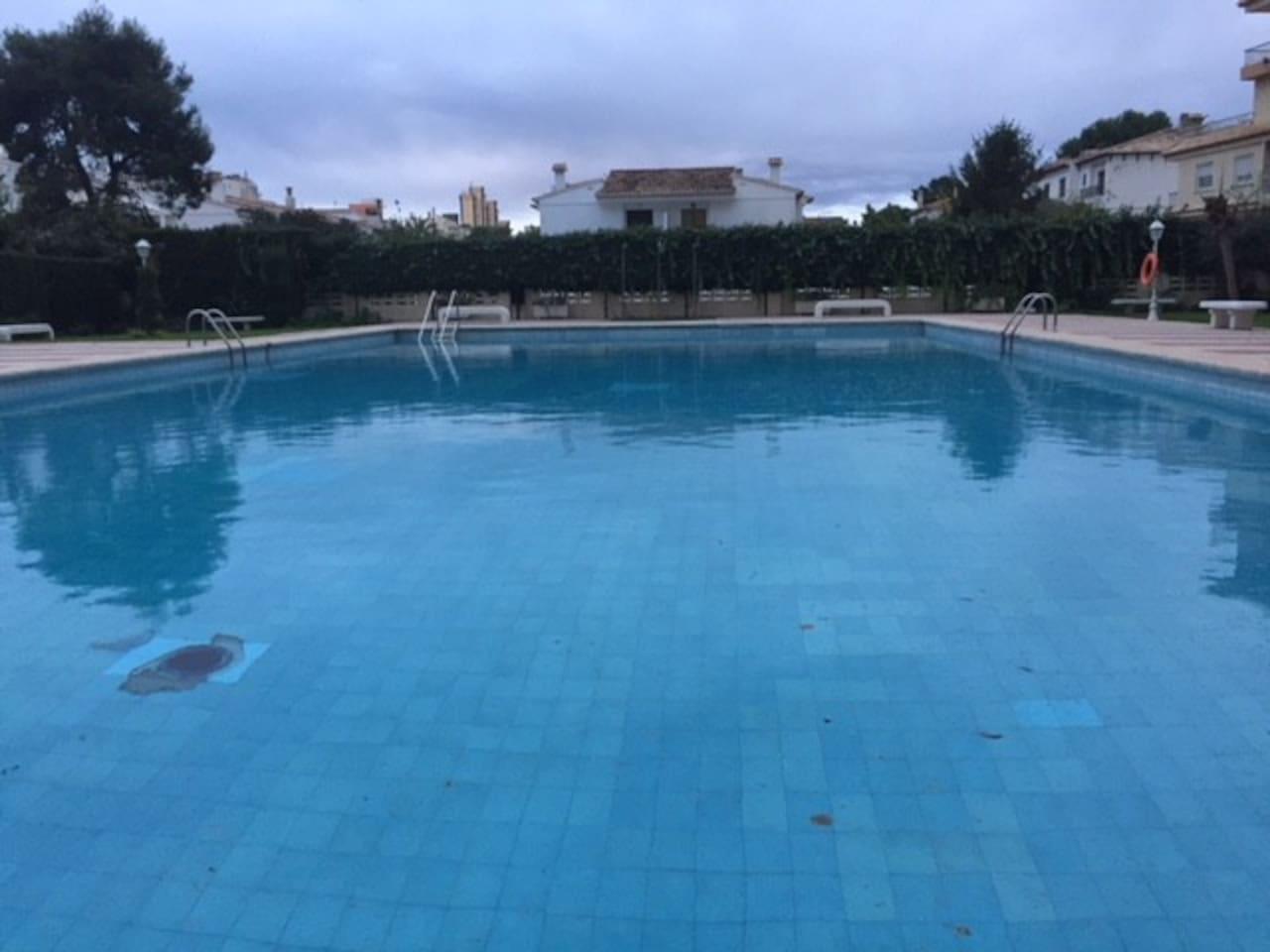 amplia piscina comunitaria