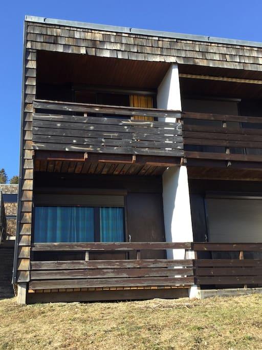 chambre au rez de chaussée avec vue sur Puy de Sancy et terrasse. 1 er étage avec terrasse - cuisine - salon séjour-  salle de bain et toilette séparé