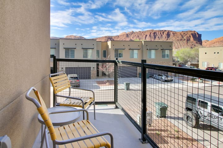 Premium Cleaned | Beautiful townhome in prime location near downtown w/ shared pool and hot tub