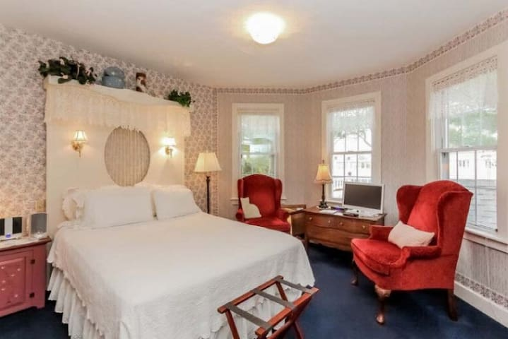 The Forsythia Room - Yelton Manor Bed & Breakfast