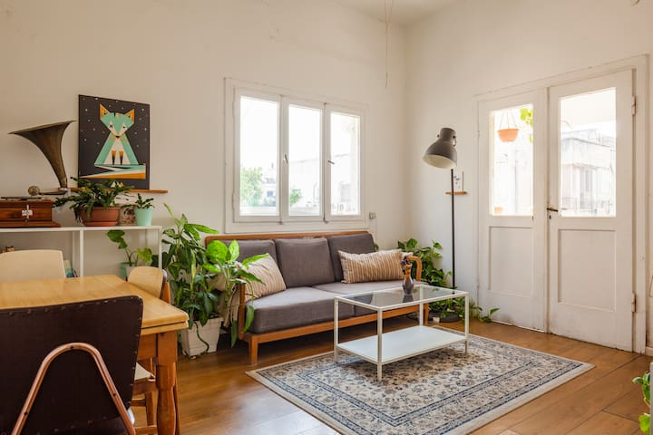 70m² Breezy Bauhaus Apartment