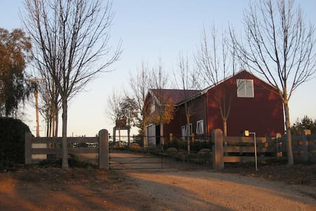 Red Barn Loft Accommodation - Drouin East - Loft