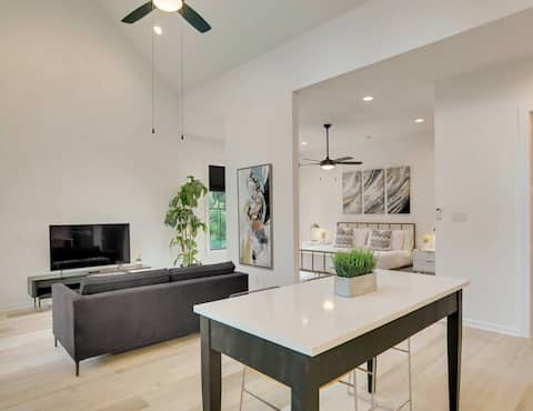 Savvy Suite King studio #1 NO cleaning fee