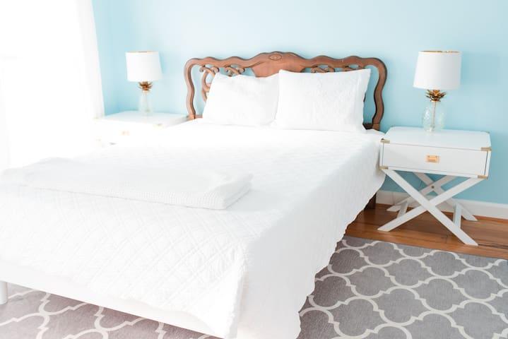 Front bedroom -- queen-sized bed