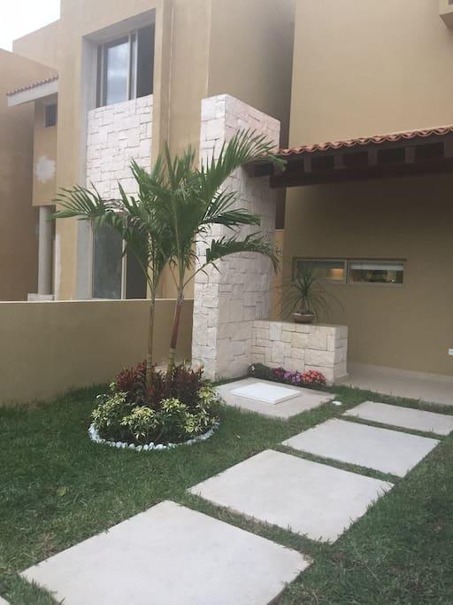 Entrada principal a la casa/Main entrance to the house