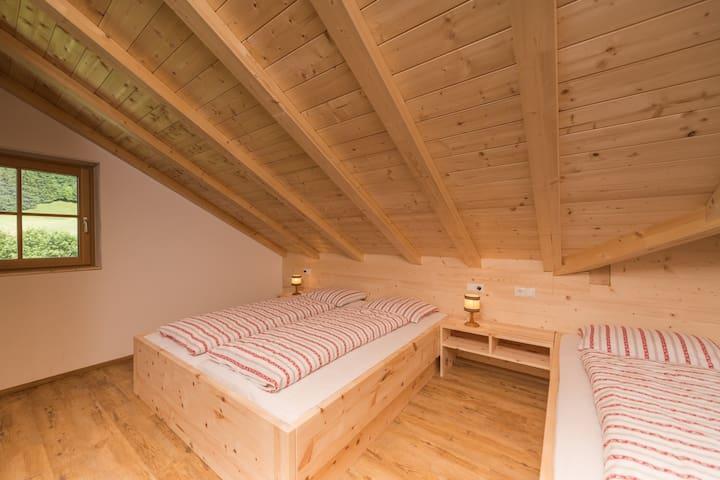 Schlafzimmer Nr 3 mit wunderbar duftenden Zirmholzmöbeln