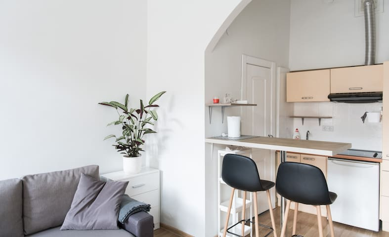 STUDIO IN CATHEDRAL SQUARE. PARKING/WIFI/TERRACE