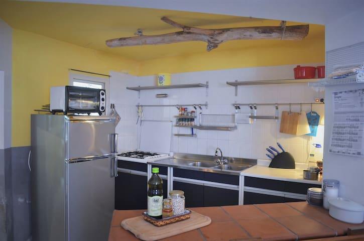 Cucina munita di frigorifero/freezer, piano cottura quadruplo e fornetto elettrico. Tutte le stoviglie,