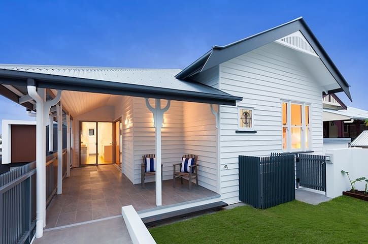 Modern townhouse near city, hospital and uni - Annerley - Apartemen