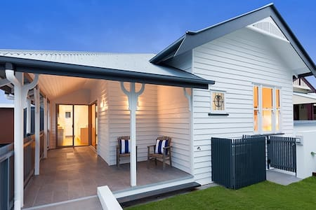 Light Modern Townhouse near Brisbane, Golf, Tennis - Annerley