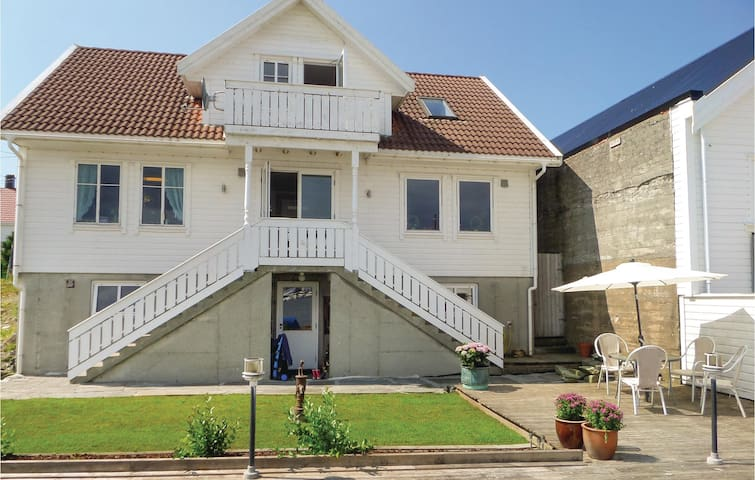 Holiday cottage with 7 bedrooms on 270 m² in Åkrehamn