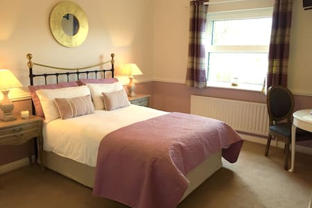 Double Ensuite & cooked breakfast 5 min to airport
