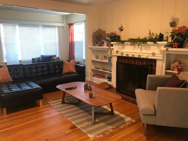 Comfortable Room Avail in Montrose Home (Gr8 Host)