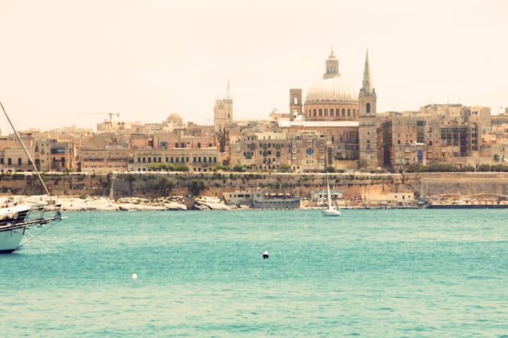 Cute Valletta townhouse+distant sea view