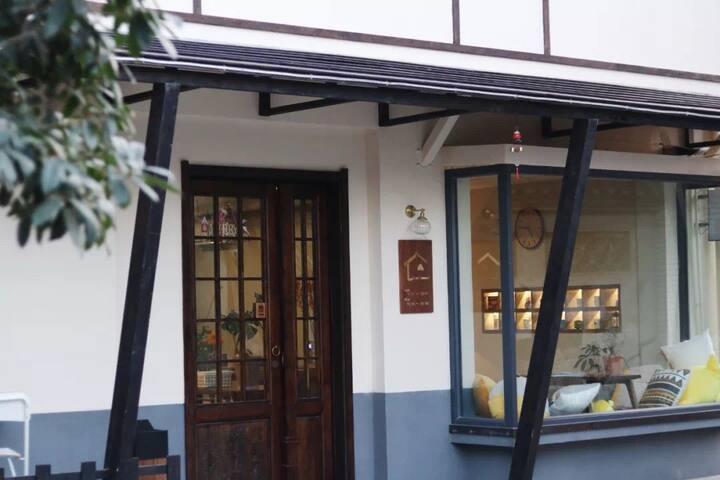 【半暖-白露】老城巷子里的日式杂货铺风格。五星床品,超清投影,大露台,临近何园个园东关街,一层咖啡馆