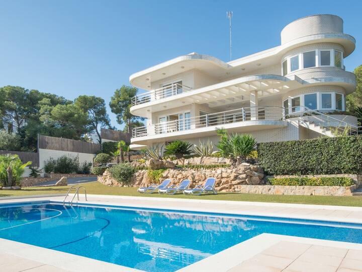 Exuberant villa in Tarragona 20m to the beach