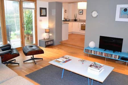 Modern, dog-friendly apartment. Access to garden. - Holt - Lägenhet