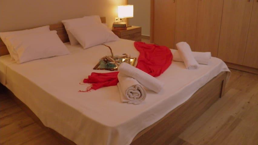 Big bedroom with double bed (queen size)