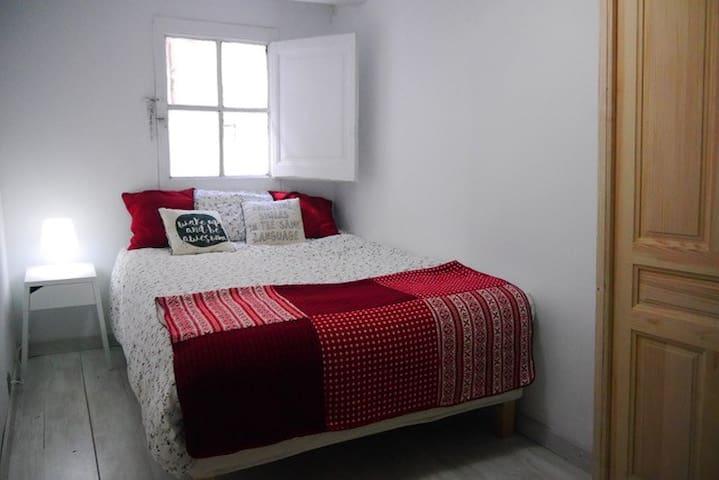 Cozy small 2BR 5 min to Las Ramblas - Barcelona - Apartamento