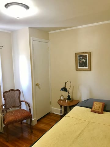 Sunny Room near Main Street & Close to Beaches