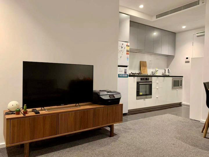 COSY 1 BEDROOM APARTMENT (Level 33) & FREE PARKING