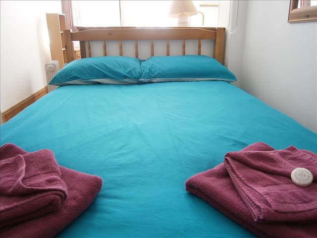 Central Windsor character 2-bedroom apartment. Quiet peaceful area, yet close to cafes, bars, shops - Windsor - Apartamento