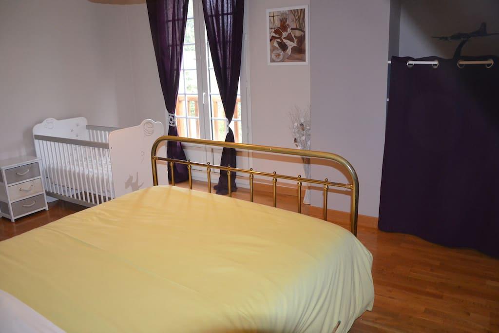 Chambre spacieuse avec lit bébé, placard et commode