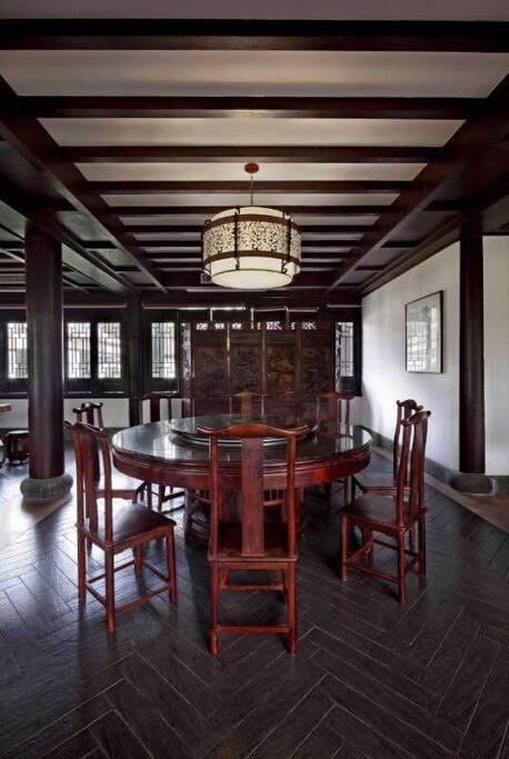 此为餐厅,桌椅屏风匀是房东的收藏品红木