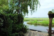 Aan de kant van de sloot heb je een mooi uitzicht over de landerijen.