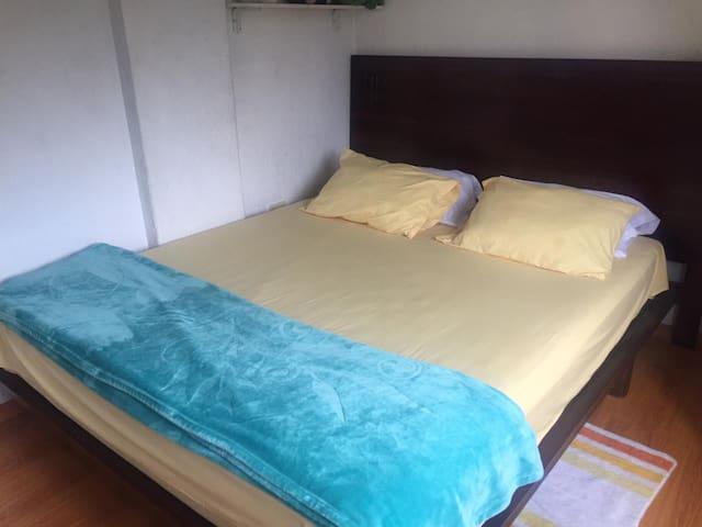 Habitación en departamento al norte de Quito.
