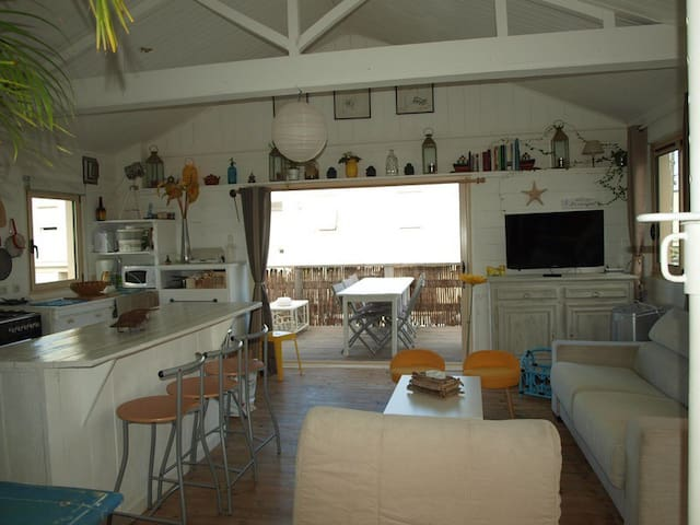 Authentique chalet 7/8 pers paillote 100m mer wifi - Gruissan - House