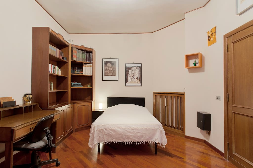 Quiet room in a cozy house - Full Mattress -